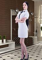 Платье  белое с бантом из ленты черного цвета.