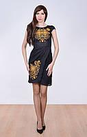 Женское платье со скромным вырезом и аккуратными рукавами