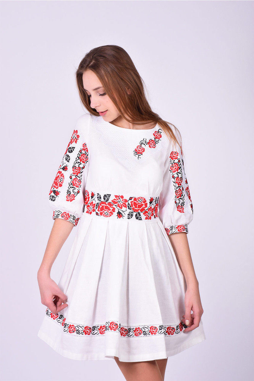 Оригинальное платье в  красно -черной гамме маки на белом фоне