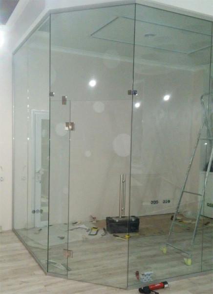 Офисная цельно стеклянная перегородка -1