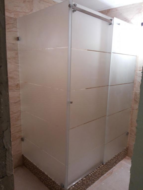 Душевая кабина из матового стекла с раздвижной дверью
