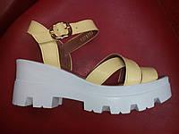 Модные женские босоножки кожаные, жёлтые на белой танкетке Vikttorio .