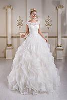 Роскошное свадебное платье, юбка которого напоминает цветок распустившийся розы, с нежным вырезом на спинке