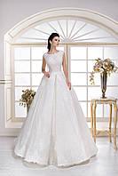 Искрящееся пышное свадебное платье, юбка которого усыпанной пайетками, с изящным широким кружевом по низу
