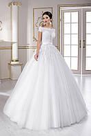 Роскошное пышное свадебное платье, лиф которого расшит изысканным кружевом, со шлейфом