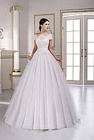 Изысканное свадебное платье, главной изюминкой которого является интересное решение кружевного лифа и спинки