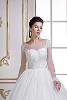 Свадебное платье соткано с кружева ручной работы и россыпей бисера, воздушная юбка дополнена длинным шлейфом