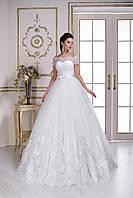 Нежнейшее свадебное платье, сотканное с тончайшего кружева, воздушная юбка дополнена длинным шлейфом