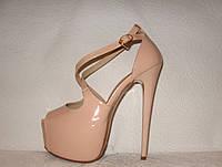 Босоножки стильные на высоком каблуке Louboutin лаковые цвета пудры