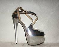 Босоножки стильные Louboutin на высокой шпильке лаковые серебряного цвета