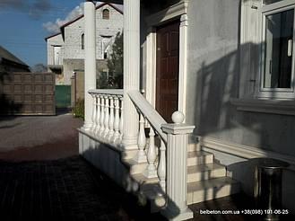 Белая балюстрада на лестнице