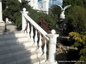 Белые столбы с балясинами B0 на ступенях