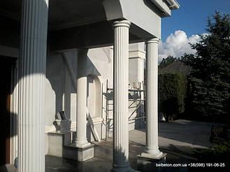 Белые бетонные колонны
