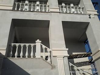 Бетонная балюстрада на лестнице и втором этаже