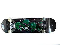 Скейтборд с рисунком инопланетян.