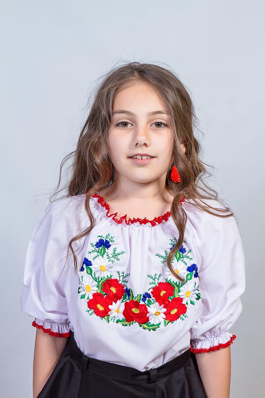 Симпатичная белая детская блуза с вышивкой