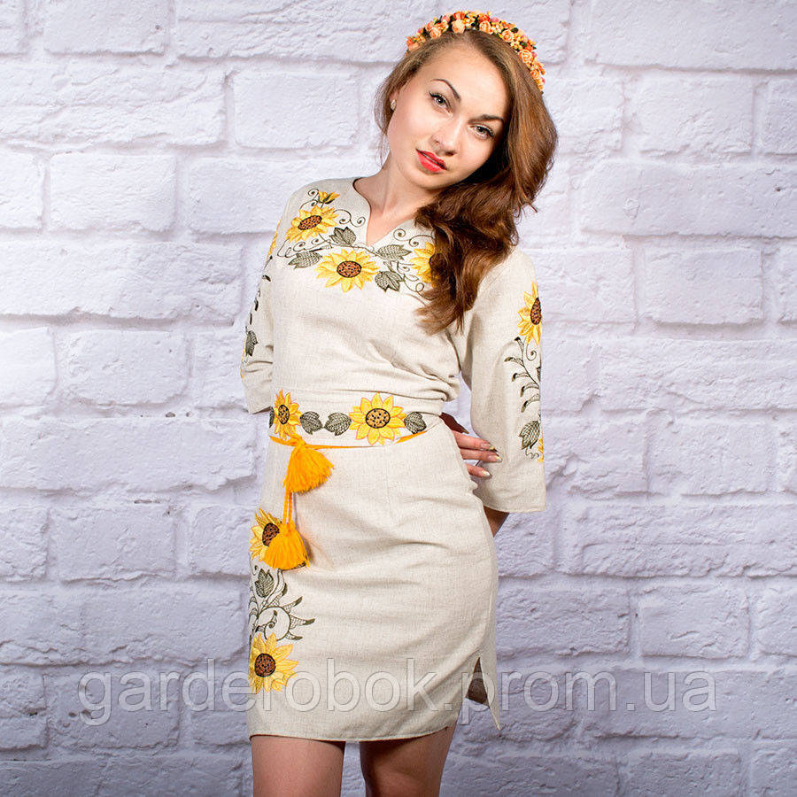 Желтое платье с вышитыми подсолнухами