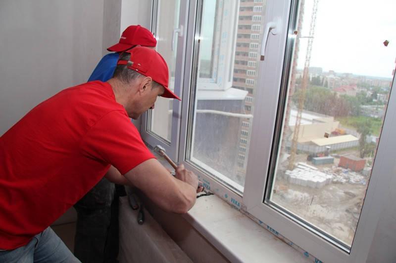 Установку подоконников на балконном блоке и кухонном окне мы начали с демонтажа старого подоконника.