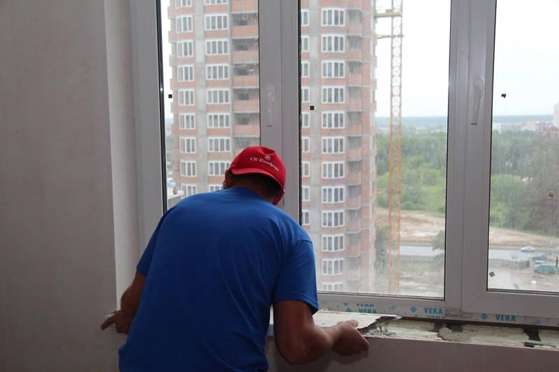 Для облегчения задачи старый подоконник распиливаем посередине и обе половинки легко вынимаем из пазов в стене.