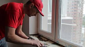 Ненужные излишки оставшейся монтажной пены тщательно срезаем и очищаем оконный проём.