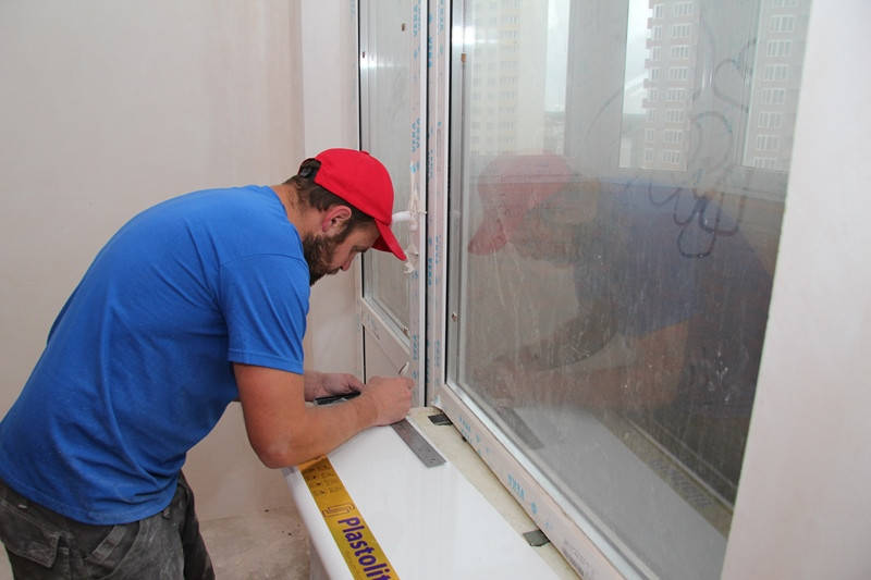 Подоконник должен плотно заходить в вырезы стен по краям и ровно лежать на поверхности.