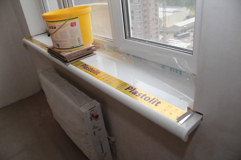 После того, как пена высохнет, ее излишки срезаются, швы и щели заделываются герметиком. И только после окончания работ с пластикового подоконника можно удалить заводскую защитную пленку.