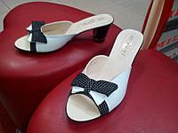Кожаные классические шлёпанцы на каблуке Dixi чёрно-белые.