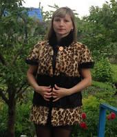 Жилет з стриженої нутрії чорного кольору з використанням леопардового забарвлення 70 см
