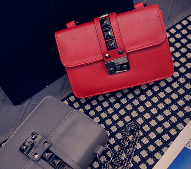 Женская сумочка через плечо на цепочке   красная   серая