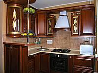 Кухня дерево массив и витраж фасад