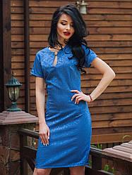 Нарядное женское платье с брошкой.