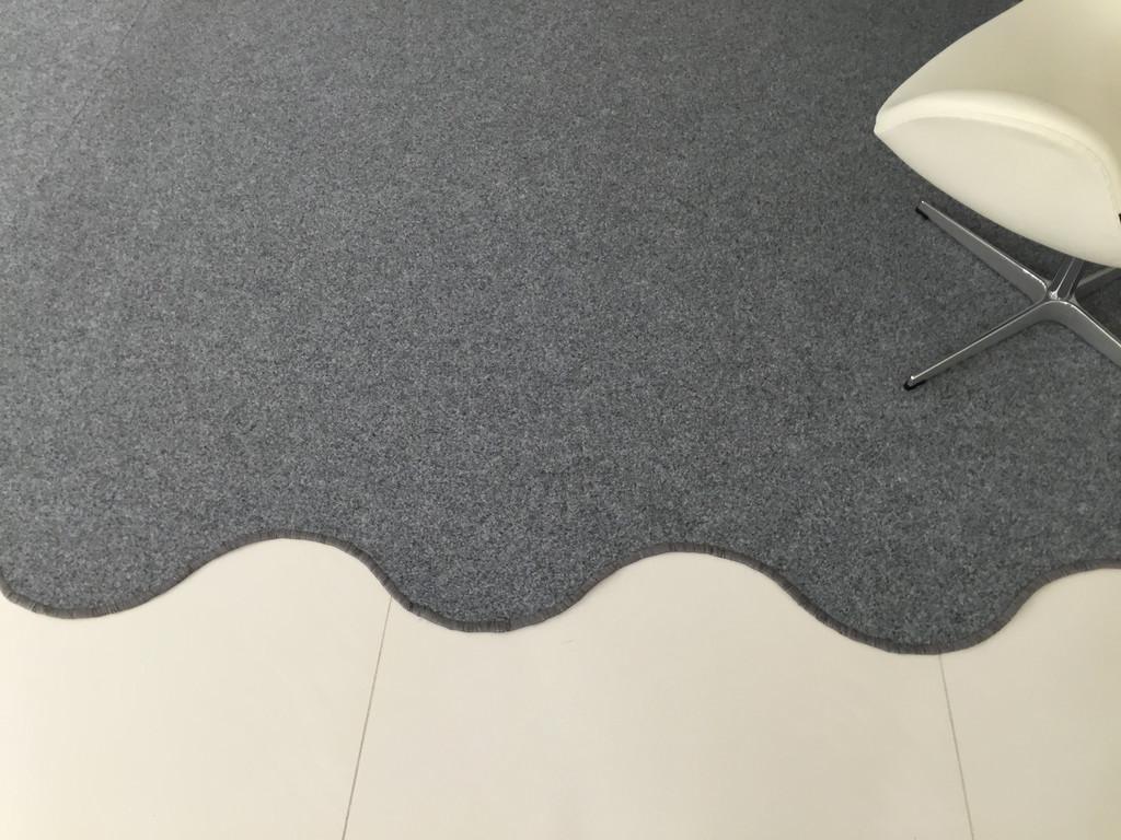 Раскройка и оверлок фигурного ковролина на резиновой основе.