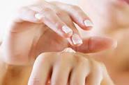 Збережи шкіру рук молодою за допомогою крему.