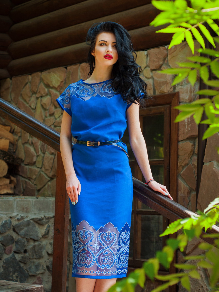 Красивое длинное летнее платье с поясом