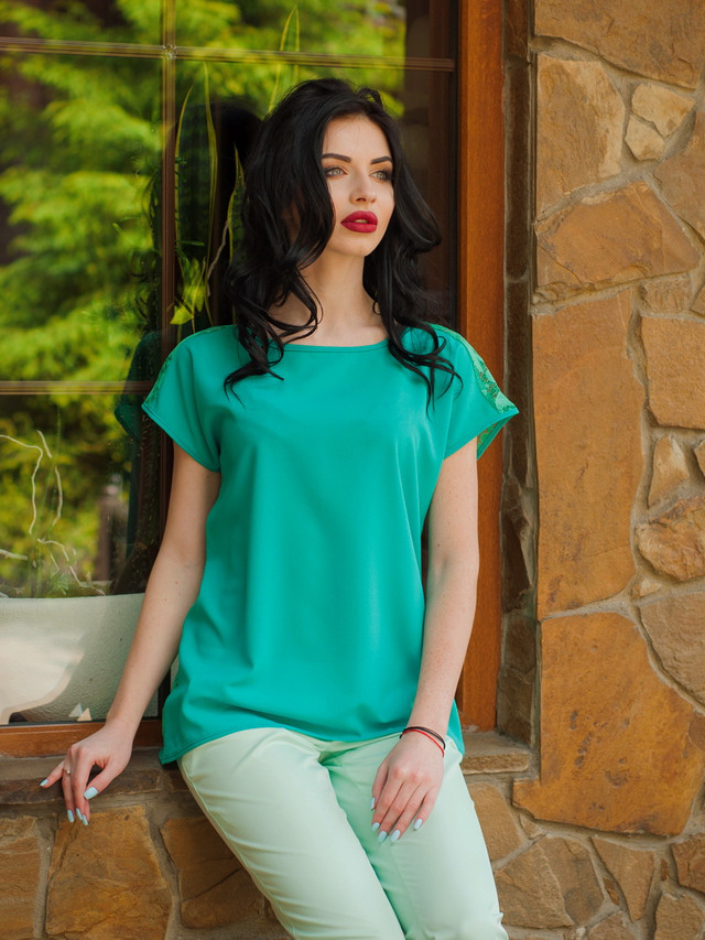 красивая женская летняя блузка с гипюром
