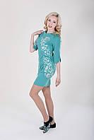 Элегантное бирюзовое платье модного фасона с изящной вышивкой