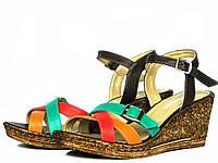 Разноцветные кожаные босоножки на танкетке