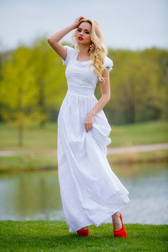 Платье из натуральных тканей с вышивкой
