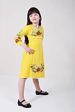 Летнее платье для девочки в желтом цвете с красивой цветочной вышивкой и поясок косичкой
