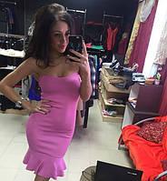 Платье с открытыми плечами и рюшей по низу