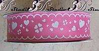 Лента репсовая декоративная розовая с рисунком белые сердечки шириной 2,5 см