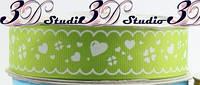 Лента репсовая декоративная сочно-зеленая с рисунком белые сердечки шириной 2,5 см