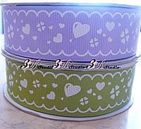 Лента репсовая декоративная сиреневая с рисунком белые сердечки шириной 2,5 см