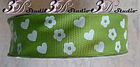 Лента репсовая декоративная зеленая с рисунком сердца и цветы шириной 2,5 см