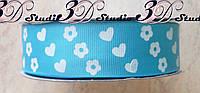 Лента репсовая декоративная голубая с рисунком сердца и цветы шириной 2,5 см