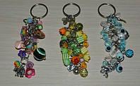 брелки для сумочек из ярких бусин и металлическими подвесками