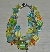 браслет на цепочке с яркими бусинами и бабосками в нежных весенних тонах