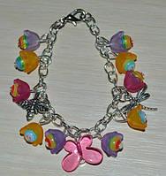 Браслет на цепочке из ярких бусин и цветочков с бабочкой