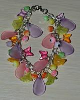 нежный браслет на цепочке с цветочками, лепесточками, маленькими бабочками и полосатыми бусинами.