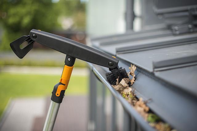Щетка для чистки желобов Fiskars QuikFit (135542)